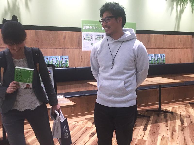 ▲イベント終了後に談笑。営業部の遠藤さん(左)は元広報としてJリーグ界ではちょっとした有名人。