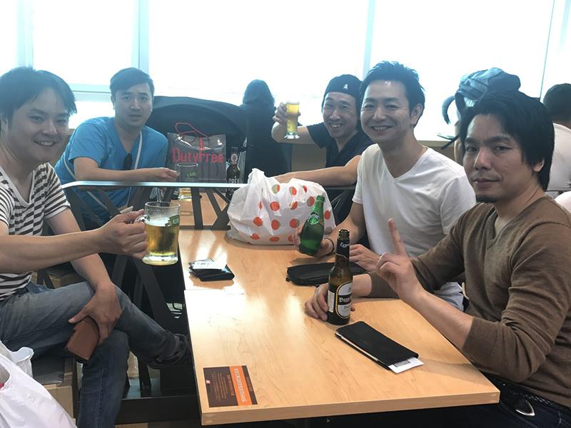 ▲帰りの飛行機を待ちながら最後の台湾ビールを楽しむメンバー。
