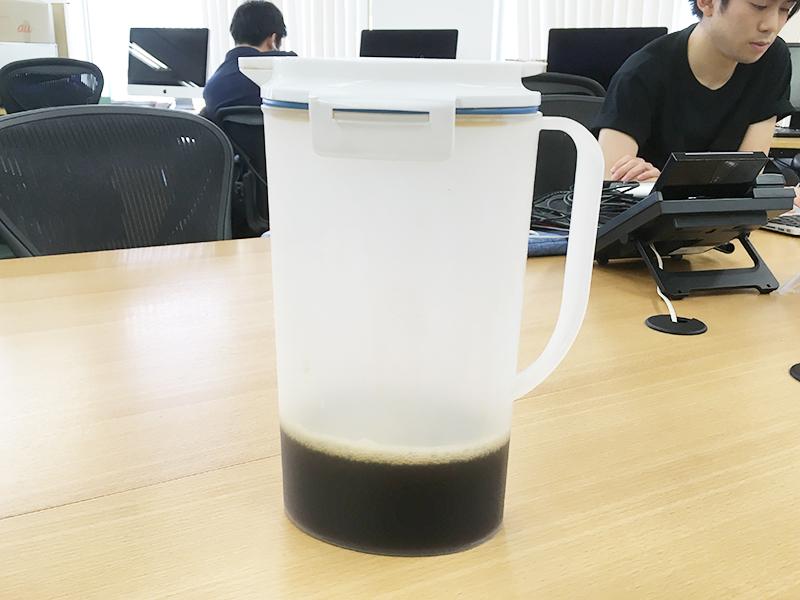 ▲今年、オフィスにある冷蔵庫にはこんな容器も追加されました。 淹れたてのアイスコーヒーをストックしてくれています。ありがたい‥‥!