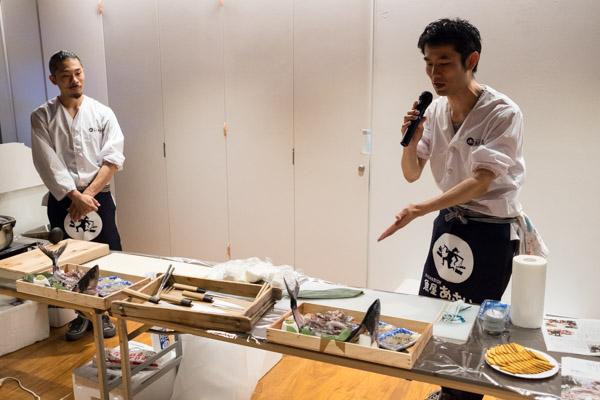 ▲代表の浅井さん(右)から今日のお魚についてのご説明が。