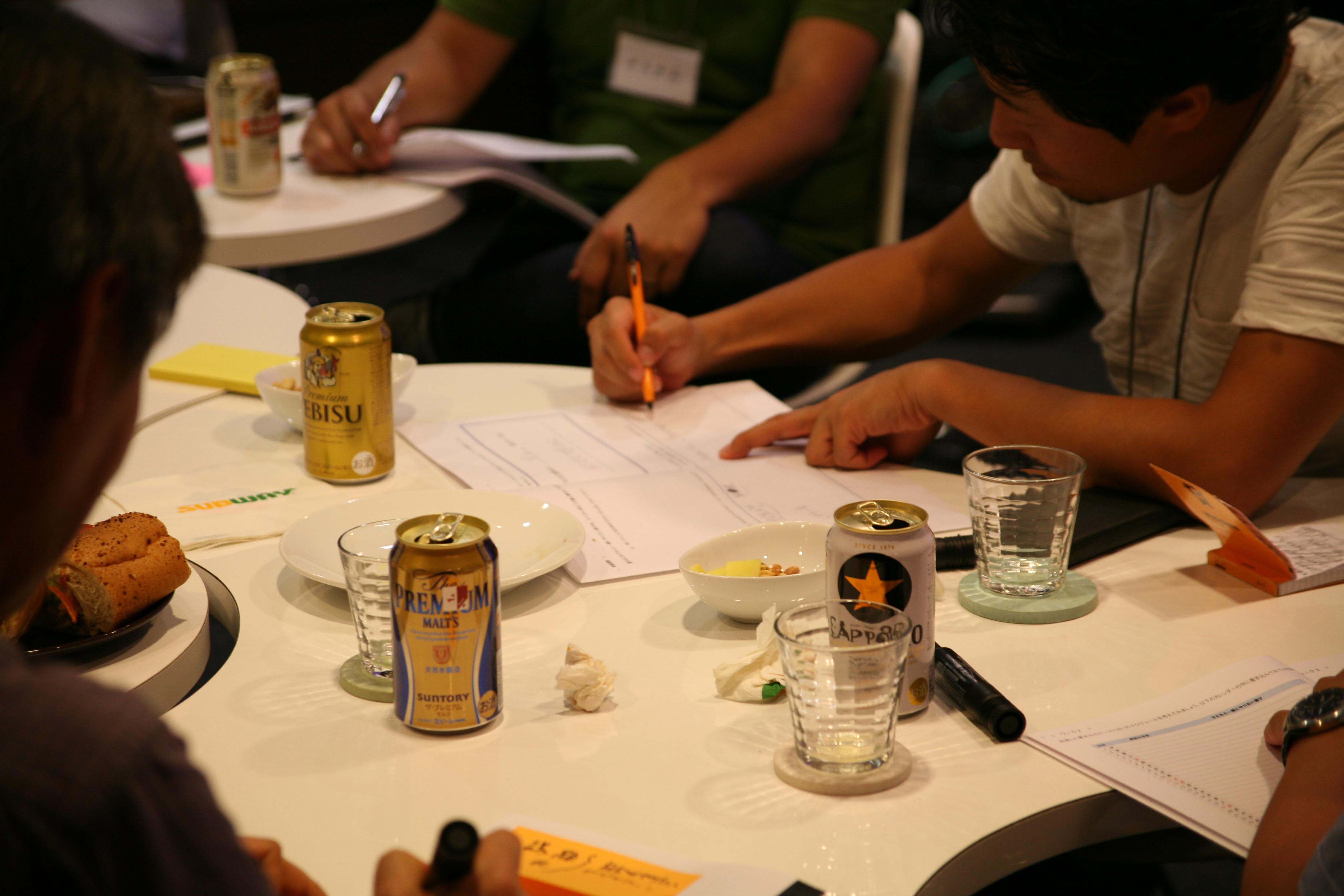 ▲気になったことはメモ!ビールを飲みながらアイデアをシェアしています。
