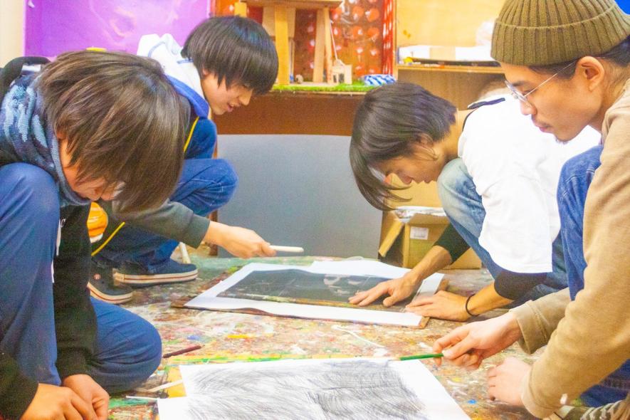 ▲日頃のVisions Paletteはこんな感じ。右奥はVisions Palette代表・安井鷹之介先生。右手前は学生スタッフの早田憲二郎先生。小学生の生徒さんに制作プロセスのレクチャーをしている様子です。