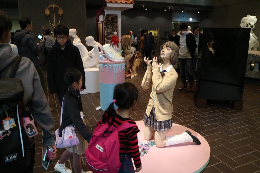 ▲彫刻科の展示にて。怖いけど魅入ってしまっている子どもたち。