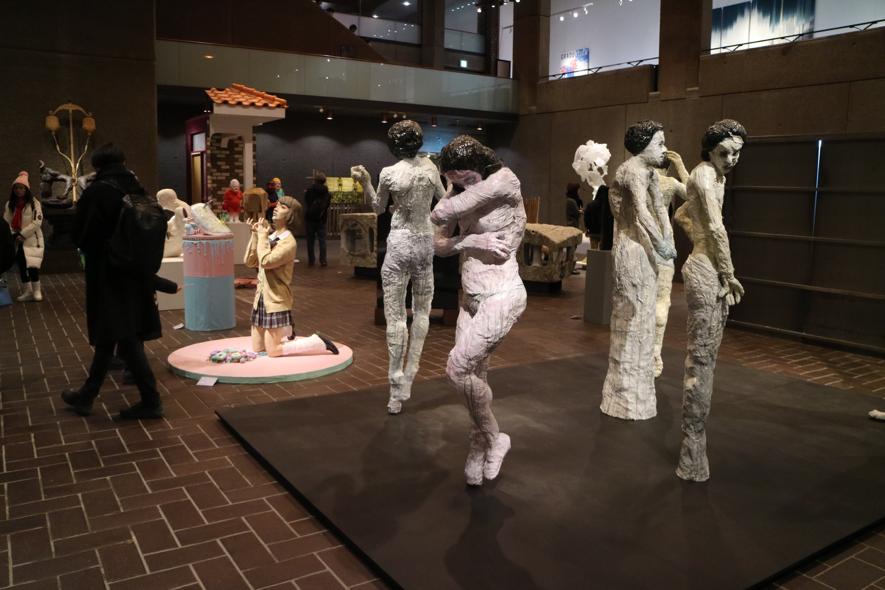 ▲彫刻科の展示の様子。手前にあるのはVisions Palette代表・安井鷹之介先生の作品です。