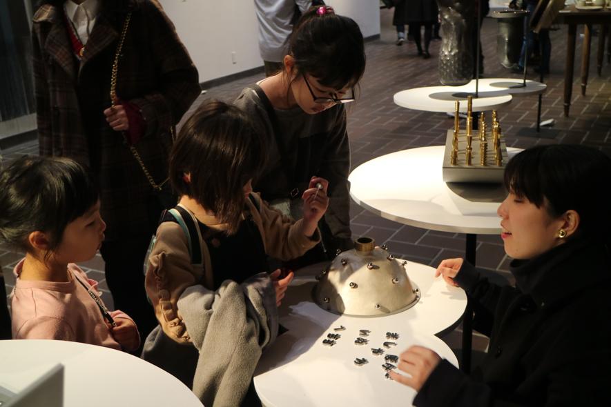 ▲工芸科の展示にて。壺の中に入っている文字を釣り上げて、その組み合わせから新しい言葉を作るゲームになっています。聞いたことのない言葉とともに、金属という素材の質感が感覚として記憶に残る作品です。