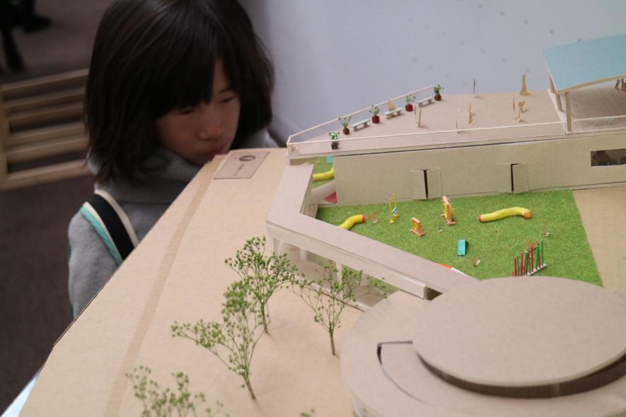 ▲建築科の展示にて。作品に意識を集中させています。小さな人になった気分?