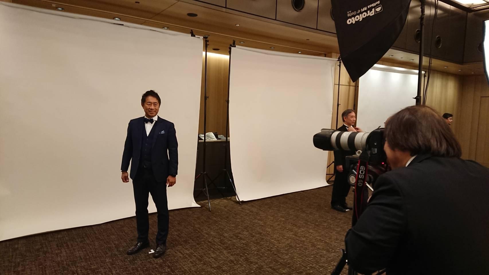 ▲Charming Chairmanとして記念写真撮影中の鈴木!